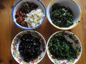 getrocknete Tomaten, Zwiebel, Kapern, Bärlauch, Oliven, verschiedene Kräuter