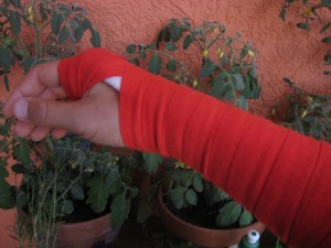 Arm in Rot