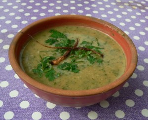 Mangold-Petersilienwurzel-Suppe mit frittierten Wurzelausläufern